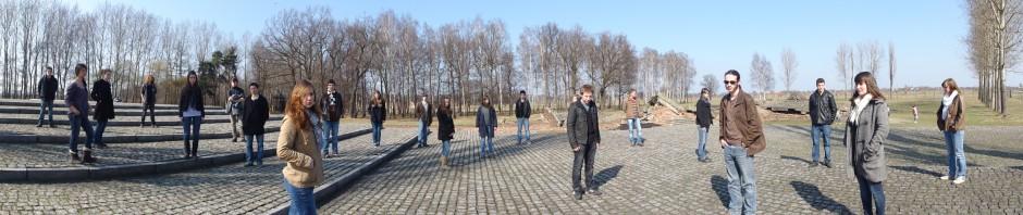 Les élèves de TES1 devant les ruines du Krematorium III - Birkenau (mars 2011)